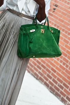 Love this green suede purse jean dress#2dayslook #alice257891 #jeansfashion ww.2dayslook.com