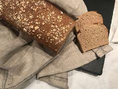 Vollkornbrot aus Dinkel und Weizen  Zutaten (für 1 Kastenform):     300 g Dinkelvollkornmehl   200 g Weizenvollkornmehl   80 g Haferflocken   10 g Salz   10 g frische Germ   1 TL Honig   450 g lauwarmes Wasser       Zubereitung:  Alle Zutaten genau abwiegen und (am besten mit Hilfe einer Küchenmaschine) zu einem eher weichen Bread, Food, Rolled Oats, Salt, Brot, Essen, Baking, Meals, Breads