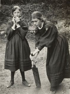 Virginia Woolf and Vanessa Bell playing cricket, 1890s. Harvard University library.