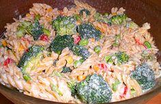 Pastasalat...Den smager rigtig dejlig,helt sikkert en salat der vil gå igen her i foråret...Berit Danish Food, Fusilli, Broccoli, Quiche, Salad Recipes, Spaghetti, Bacon, Food And Drink, Yummy Food