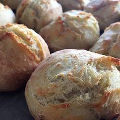 Med denne opskrift er det nemt selv at bage noget godt brød, og intet smager bedre end hjemmebag. Få her opskriften på koldhævede italienske ciabattaboller.