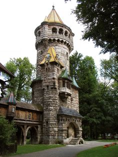 The 30 m high Mutterturm [Mother's Tower] was built by Hubert von Herkomer in 1884-1888, to honour his mother. To which extent Henry Hobson Richardson, the architect of en: Lululaund, was involved, is uncertain. The tower's sidehouse, formerly a residential building, houses the Landsberg Herkomer Museum since 1990.   Deutsch: Mutterturm in Landsberg am Lech
