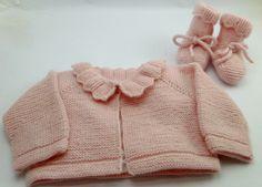 Conjunto de jersey y patucos de bebe de primera puesta en rosa con conchas hecho a mano
