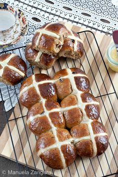 Hot Cross Buns with Honey Butter. The perfect Easter breakfast: home-made Hot Cross Buns with Honey Butter! Easter Recipes, Holiday Recipes, Best Homemade Bread Recipe, Cooking Bread, Bread Baking, Sweet Buns, Hot Cross Buns, Honey Butter, Banana Bread Recipes