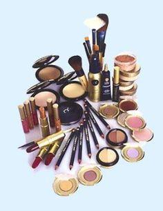 Las diferentes tendencias del maquillaje nos empujan a comprar una cantidad ilimitada de cosméticos que con el paso del tiempo vamos dejando de lado una vez establecemos los que mejor se adaptan a nuestra piel y gustos.Como es natural en la mayoría de nosotras, nos encanta renovar y tener miles