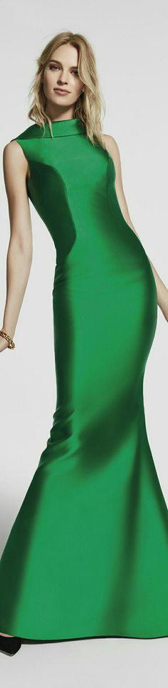 PRONOVIAS 2018 ~ De nuevo el color verde nos vuelve a impactar gracias a un modelo como éste. Un corte recto y sencillo que además, presenta un escote en la espalda. Algo que le aporta la gran belleza necesaria. Pero sin duda, es de lo más especiales para todas esas mujeres que quieren un traje sencillo y sin más detalles. ¡Realmente no los necesita!.