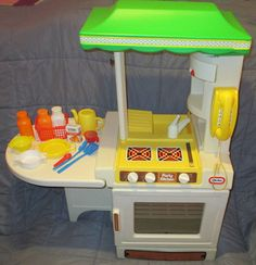 VINTAGE 1980'S KIDS LITTLE TIKES PARTY KITCHEN WITH MAKE BELIEVE FOOD AND TOYS