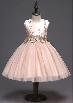 JaneyGao 2018 Fashion Flower Girl Dresses for Wedding Party Elegant Champagne Gown Tulle Dress with Embroidery Lace Appliques the saler is v. Girls Fancy Dresses, Cheap Flower Girl Dresses, Girls Dresses Online, Little Girl Dresses, Dresses For Teens, Flower Girls, Princesse Party, Marine Uniform, Elegant Girl