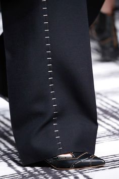 fashion 2015 The complete Balenciaga Fall 2015 Ready-to-Wear fashion show now on Vogue Runway. Couture Details, Fashion Details, Fashion Design, Fashion Week, Fashion Show, Mens Fashion, Fashion 2015, Fall Fashion, Balenciaga