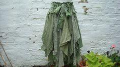 Upcycled Rock Damen Kleidung Mischung aus erdigen Farben: Farben des Olivgrün, alle Hand gefärbt.    Schichten aus Baumwolle (roh Stoff; lose net Stil), Jersey und Spitze.    Verstellbarer Bund mit Baumwolle Streifen.    Unvollendet, zerfetzte Kanten sind Teil des Designs.    Chaotisch und romantisch:) Einer Art.    Bereit zu gehen.    Größe klein / mittel/groß/Large    Taille/Hüfte bis zu 53 (135 cm)    Bist Länge besondere 19(48cm)-33(84cm) du auf der Suche nach einer anderen Größe oder…