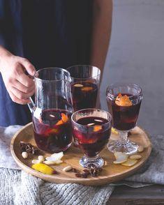 Glögg je skandinávský svařák. Tradičně se podává s mandlemi a rozinkami, s lesními plody nám ale chutná nejlépe. Alcoholic Drinks, Food, Alcohol, Essen, Liquor Drinks, Meals, Alcoholic Beverages, Yemek, Liquor