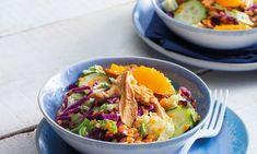 Uma salada de frango com lentilhas colorida e leve, servida com juliana de couves. Tudo envolvido num tempero de sabor cítricos.