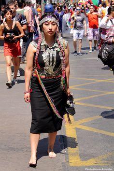 """Fotografía hecha el 12 de octubre del 2013 durante la marcha por la reivindicación de los derechos de """"Los Pueblos Originarios"""" y la libertad de los """"Presos Políticos Mapuches"""", detenidos por reclamar la devolución de los territorios ancestrales usurpados, primero, por los invasores españoles y, luego, por los criollos chilenos."""