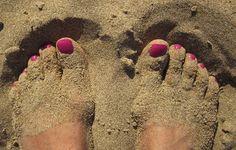 Arena entre mis dedos El agua moja, el fuego quema y la arena, se mete entre mis dedos cuando descalzo,...