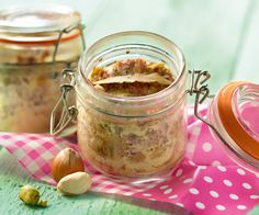 Voici une recette pour faire un petit pâté de campagne aux pistaches et aux noisettes. Idéal en entrée.