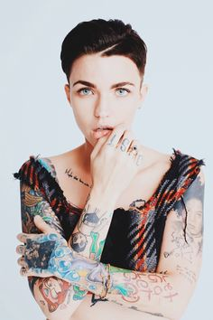 Ruby Rose tattoos are so obvious that you cannot read any news headline without the mention of them. Do not forget that she is beautiful and the artworks on her body make it a more appealing attribute. Ruby Rose Tattoo, Hot Tattoos, Girl Tattoos, Tattoos For Women, Tatoos, Sleeve Tattoos, Tatuajes Amy Winehouse, Hippe Tattoos, Rubin Rose