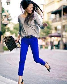 Escolher uma peça de roupa colorida é um bom jeito de deixar o visual mais fun e continuar no básico casual.