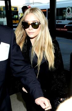 Ashley Olsen Photos - Ashley Olsen, rocking a blue alligator bag from her own collection The Row, goes barefoot through security before catching a flight out of Los Angeles. - Ashley Olsen Flies Out of LA Ashley Olsen Style, Olsen Twins Style, Ashley Olsen Hair, Mary Kate Ashley, Mary Kate Olsen, Pretty People, Beautiful People, Olsen Sister, Airport Look
