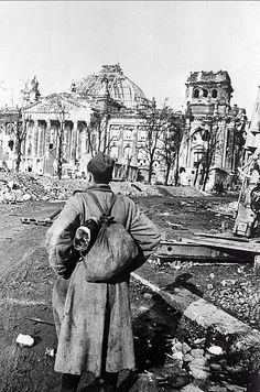 1945, Allemagne, Berlin, un soldat russe devant les ruines du Reichstag | by ww2gallery