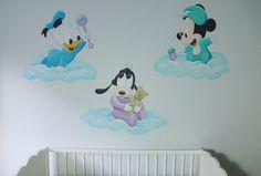 Baby disney figuurtjes op wolken. Ontworpen en gemaakt door BIM Muurschildering voor in een babykamer van een jongetje.
