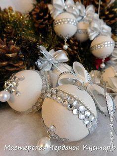 Las bolas de Año Nuevo. MK (por las peticiones) | el País de los Maestros // ЛЮДМИЛА РАДУГА Christmas Makes, Elegant Christmas, Christmas Toys, Pink Christmas, Beaded Christmas Ornaments, Christmas Tree Decorations, Natal Diy, Homemade Christmas Gifts, Christmas Time