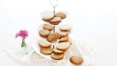 Dei biscotti integrali con l'avena talmente buoni che farai fatica a smettere di farli. La cosa bella? Che nessuno ti impedisce di farli e rifarli, che fanno bene e che potrai conservare a lu…
