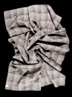 Plaid 100% pure laine vierge, fabriqué par Røros Tweed La laine provient de moutons élevés en pleine nature dans les pâturages de la montagne norvégienne et est reconnue pour ses caractéristiques thermiques exceptionnelles 100% Made in Norway Design : Anderssen & Voll Conseil d'entretien : laver à la main à 30° – chlore interdit – séchage en tambour interdit – … Plaid, Tambour, Tweed, Men, Design, Mountain, Interview, Gingham, Tartan