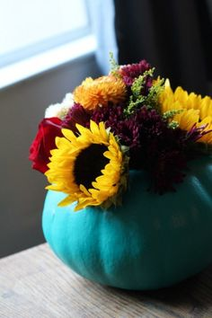 Colorful Pumpkin Vase Centerpiece - 19 Amazing But Simple DIY Fall Centerpiece Ideas Pumpkin Planter, Pumpkin Vase, Pumpkin Flower, Diy Pumpkin, Pumpkin Crafts, Pumpkin Ideas, Blue Pumpkin, Fall Crafts, Pumpkin Carving