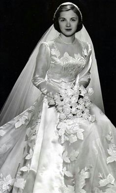 All brides dream about having the most appropriate wedding day, however for this they need the most perfect bridal wear, with the bridesmaid's dresses actually complimenting the brides dress. Here are a few tips on wedding dresses. Chic Vintage Brides, Vintage Wedding Photos, Vintage Gowns, Vintage Bridal, Vintage Outfits, Vintage Weddings, Lace Weddings, Country Weddings, Vintage Wedding Gowns