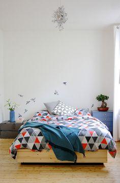 Зона спальни в каждом доме — это один из самых интересных участков для оформления. Это место достаточно уединенное, даже интимное. Здесь должно быть спокойно и уютно одновременно.В этой статье мы …