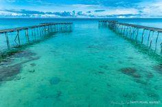 Pontons de la ferme perlière de Francky Tehaamatai sur l'atoll de Fakarava, dans l'archipel des Tuamotu en Polynésie française.