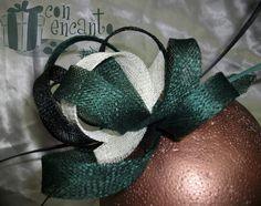 """Tocado """"Garabato"""" en verde esmeralda y crema www.facebook.com/ConEncantoBilbao Sinamay Headpiece"""