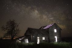 Abandoned House under Stars by Ben Canales Old Abandoned Buildings, Abandoned Mansions, Pitch Dark, Dark Wings, Milky Way, Night Skies, Foto E Video, Old Houses, Cabin