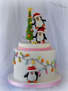 Pingviinikerroskakku // Christmas Layer Cake with Penguins cakesdecor.com