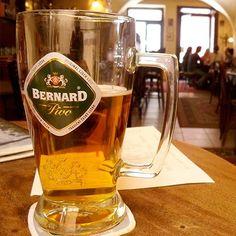 Praga não só abriga muitos bares instalados em casarões históricos e antigas adegas, mas também tem grandes cervejarias e modernos cafés. Nos pubs locais, a cerveja artesanal tradicional é geralmente mais barata que água.