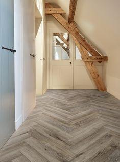 Deze coretec pvc visgraat vloer is echt een topper! Je ziet op het eerste oog, nauwelijks verschil met een echte houten vloer. In deze verbouwde woonboerderij past de landelijke sfeer helemaal bij de nostalgische details. Kijk op onze website voor meer inspiratie en info! #woonboerderij #pvcvloer #houtenvloer #gebinten #interieur Luxury Flooring, Basement Remodeling, Cute House, House Styles, Coretec, Lvt, Bars For Home, Herringbone, Floor Colors