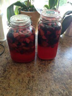 Nastawiłam Domowa Ratafie Na każdy kilogram owoców  Dałam 650 g cukru ,500 ml spirytusu i 250 ml przegotowanej wody.