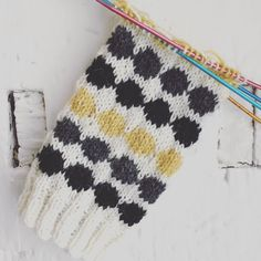 "Memmi on Instagram: ""Knitting on my Mittens  and  I love them!  #mittens #woolmittens #marimekko marimekonräsymatto #räsymatto #knitting #neulominen #neuloosi…"" Marimekko, Mittens, Friendship Bracelets, Arts And Crafts, Knitting, Crochet, Instagram, Fingerless Mitts, Tricot"