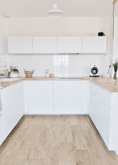 95 Luxury Large Modern White Kitchen with White Cabinets Ideas - HomeCNB Kitchen Vinyl, Home Decor Kitchen, Kitchen Interior, Home Kitchens, Kitchen Cabinets, Minimal Kitchen, Modern Kitchen Design, Kitchen White, Scandinavian Kitchen