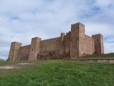 CASTLES OF SPAIN - Castillo de Sigüenza - Guadalajara, Spain.El castillo de los Obispos de Sigüenza es un palacio-fortaleza. Fue erigido en el primer cuarto del siglo XII sobre otro anterior musulmán. Sufrió reformas en los siglos XIV, XV, XVI y XVIII, y fue parcialmente destruido en el año 1811 durante las guerras carlistas, durante la guerra civil (1936 y 1939), también sufrió daños. (Actualmente es Parador Nacional de Turismo)