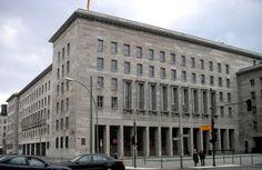 Das Detlev-Rohwedder-Haus an der Wilhelmstraße in Berlin-Mitte, heute Sitz des Bundesministeriums der Finanzen, wurde 1935 nach Plänen von Ernst Sagebiel als Reichsluftfahrtministerium gebaut