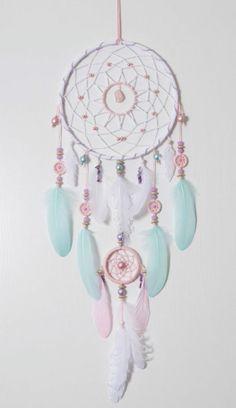 DIY Traumfänger in hellen Farben mit vielen bunten Federn und Glasperlen