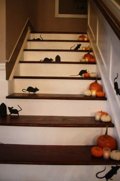 40 Easy to Make DIY Halloween Decor Ideas. (This is simply beautiful! If I had a wooden stair set (or any stair set at all) I would do this for Halloween and just for fall. Dulceros Halloween, Adornos Halloween, Manualidades Halloween, Holidays Halloween, Youtube Halloween, Outdoor Halloween, Halloween Makeup, Homemade Halloween Decorations, Halloween Party Decor