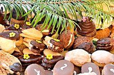 Vybrali jsme pro vás ty nejlepší recepty z naší databáze na pečené vánoční cukroví. Snad náš výběr vás bude inspirovat a pomůže vám s rozhodnutím, které vánoční cukroví letos upečete. Christmas Candy, Sausage, Almond, Stuffed Mushrooms, Beans, Cookies, Vegetables, Sweet, Food