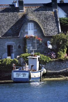 Gite for rent in Morbihan Romantic Cottage, French Cottage, Yogyakarta, Brittany France, Seaside Village, Cottages By The Sea, Fishing Villages, France Travel, Dream Vacations