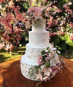 Casamento de Camila Queiroz e Klebber Toledo em Jericoacoara - Constance Zahn | Casamentos Bling Wedding Cakes, Cake Trends, Cake Table, I Party, Let Them Eat Cake, Amazing Cakes, Special Day, Dream Wedding, Wedding Things
