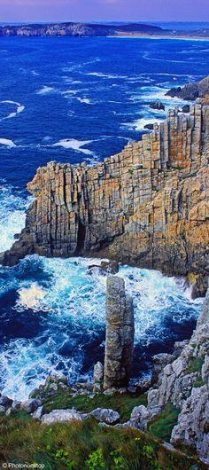 Pointe de Pen Hir en Bretagne. Des côtes dentelées découpées en falaises ou abers, de charmants villages de pêcheurs, de grandes landes sauvages, des îles préservées, la Bretagne est une région vivifiante qui a su inspirer de nombreux artistes.