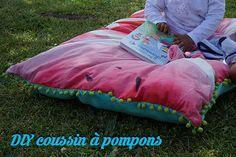 Tuto pour créer votre propre coussin à pompons! Picnic Blanket, Outdoor Blanket, Diy Couture, Textiles, Watermelon, Sewing, Garden, Blog, Pom Poms
