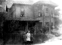 Children of I. L. and Sarah Shor in front of their house in Keystone, West Virginia, c. 1904.