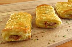 A very quick and easy recipe to prepare, with excellent presentation, tuna and cheese puffs, sprinkled with oregano, that go to the oven brushed. Cheese Pastry, Cheese Puffs, Canned Salmon Recipes, Seafood Recipes, Tuna Puff Recipe, Yummy Appetizers, Appetizer Recipes, Puff Pastry Recipes, Pastries Recipes